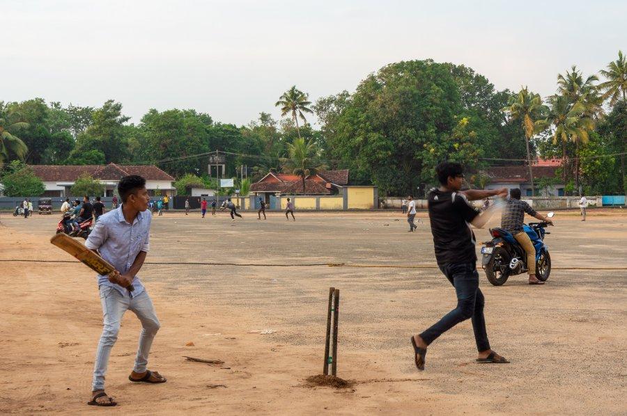 Joueurs de cricket à Alleppey, Inde du sud