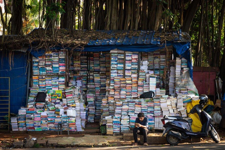 Libraire sous un arbre à Trivandrum, Inde