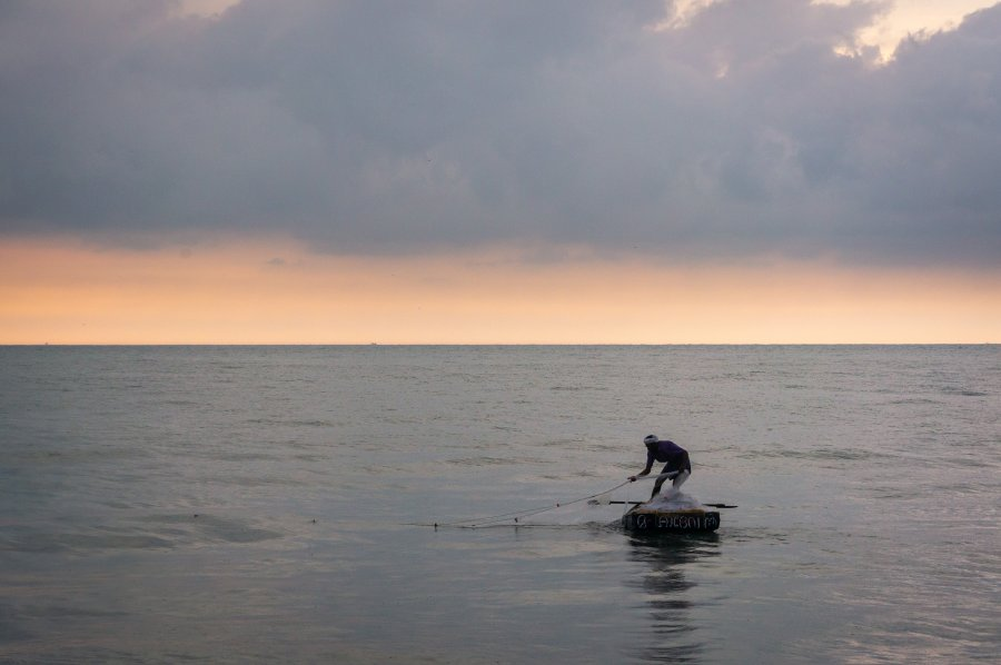Pêcheur sur la plage de Marari, Alleppey, Kerala, Inde