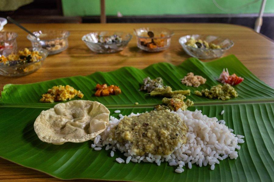 Thali d'Inde du sud sur feuille de bananier
