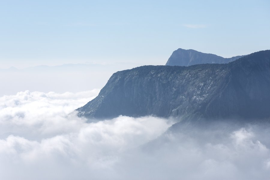 Top station : montagne et nuages à Munnar, Inde