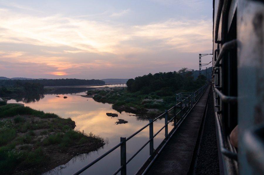Coucher de soleil depuis un train indien