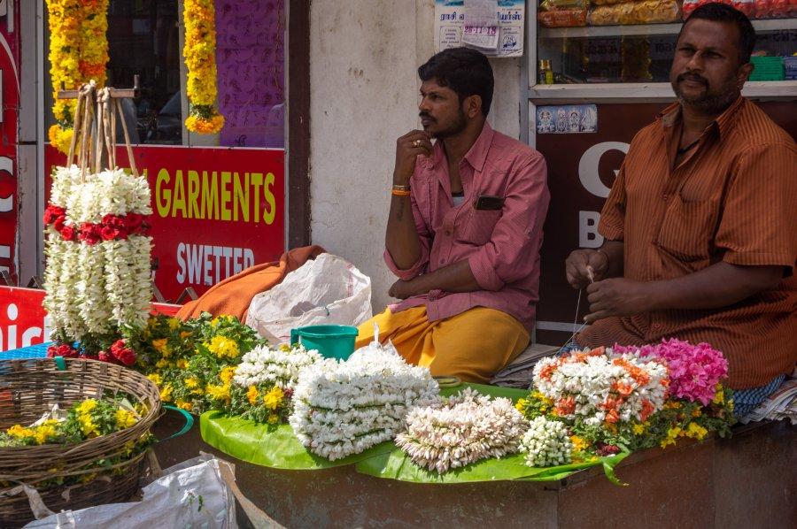 Vendeurs de fleurs à Munnar, Inde