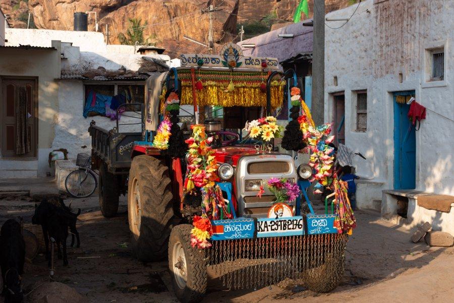 Tracteur décoré à Badami, Karnataka, Inde