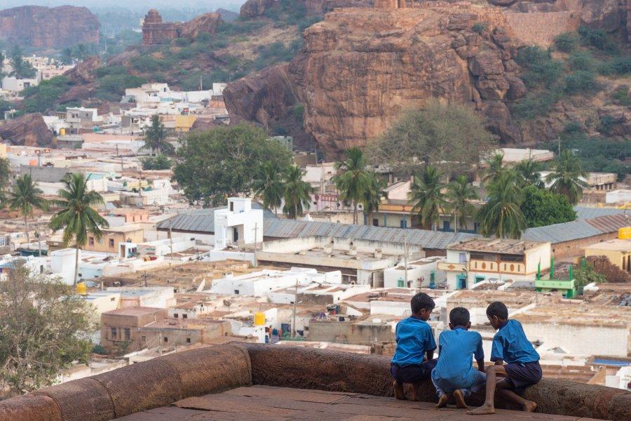 Enfants aux temples de Badami, Inde