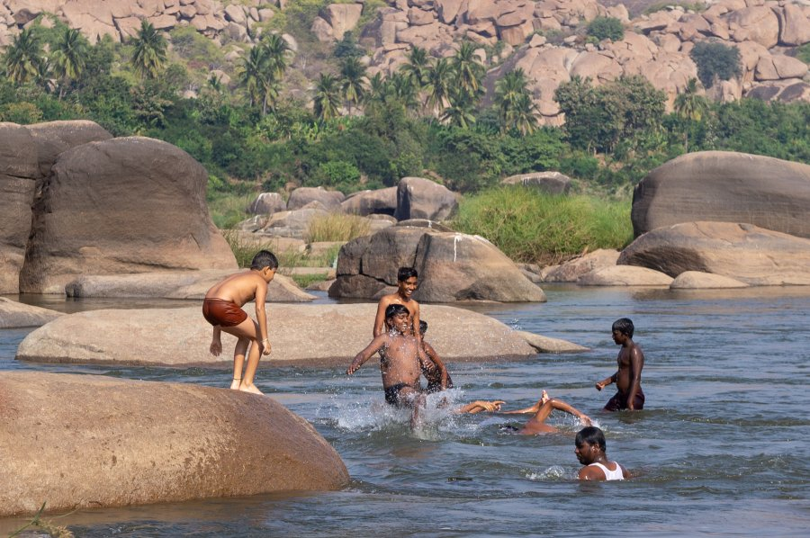 Baignade dans la rivière Tungabhadra à Hampi