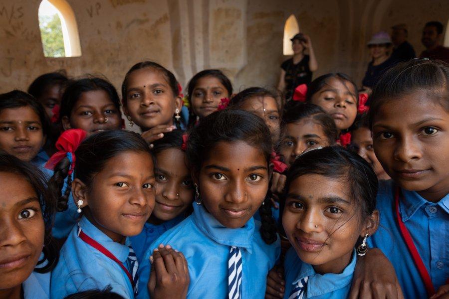 Ecolières curieuses à Hampi en Inde