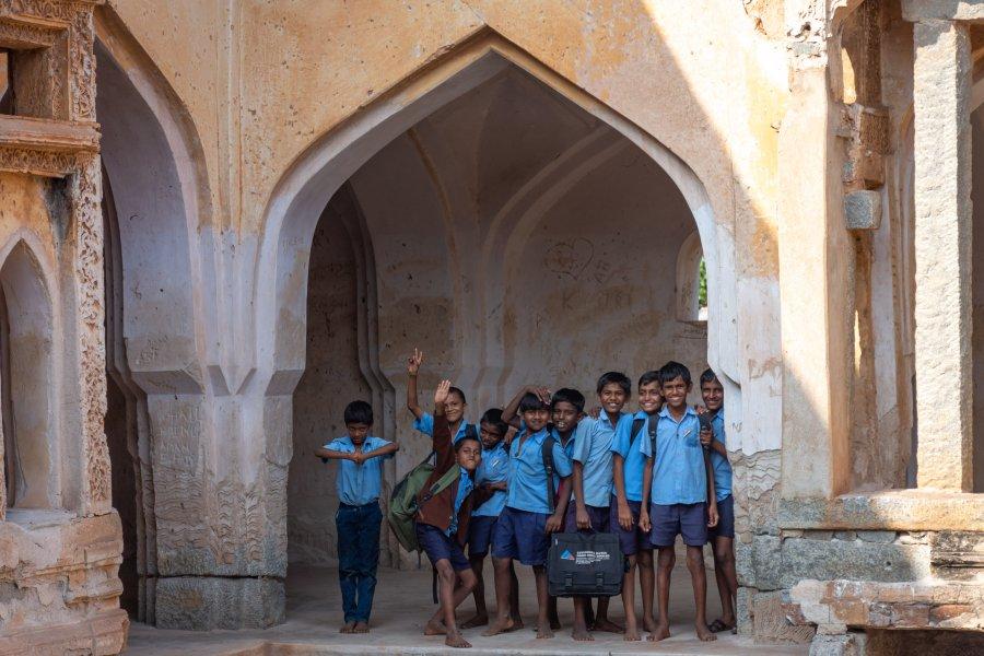 Ecoliers joyeux à Hampi en Inde