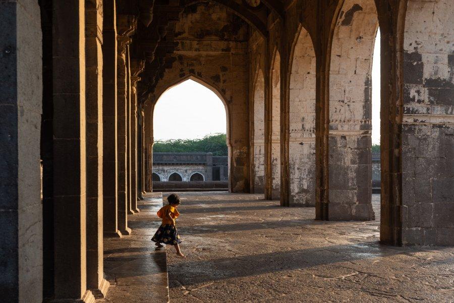 Fillette à Ibrahim Roza, Bijapur, Inde