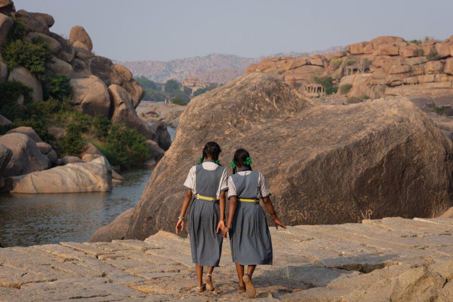 Fillettes sur les rochers d'Hampi en Inde