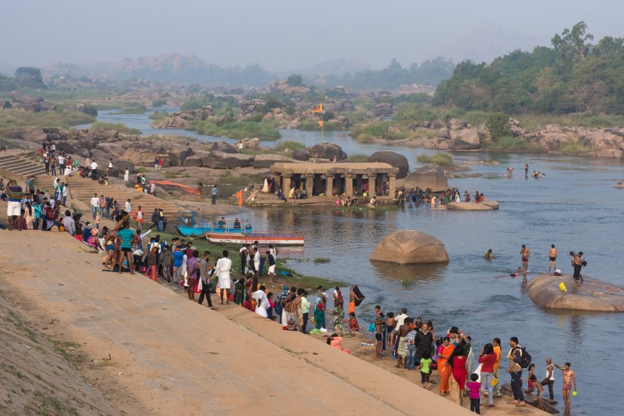 Ghats au bord de la rivière d'Hampi en Inde