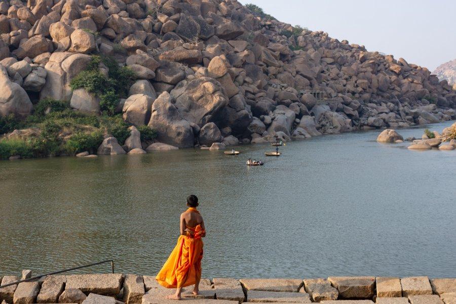 Pélerin près de la rivière à Hampi, Inde