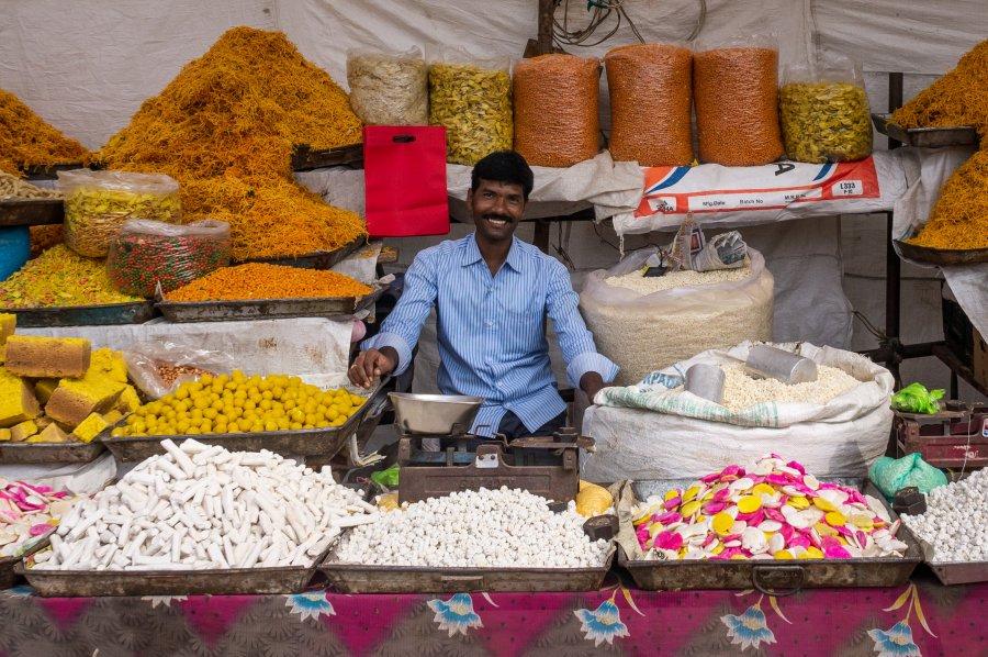 Vendeur souriant à Hampi en Inde