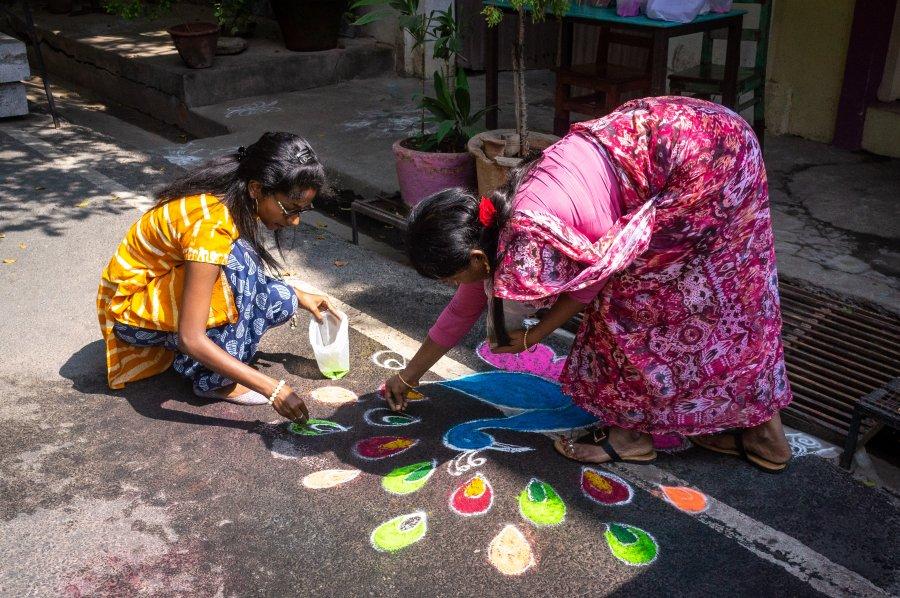 Kollams dessinés au sol à Pondichéry, Inde