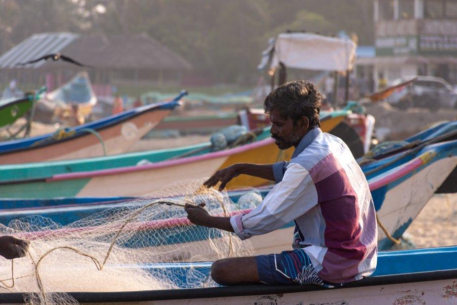 Pêcheur sur la plage de Mahabalipuram, Inde