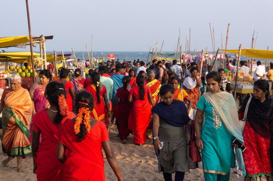 Foule sur la plage de Mahabalipuram, Inde