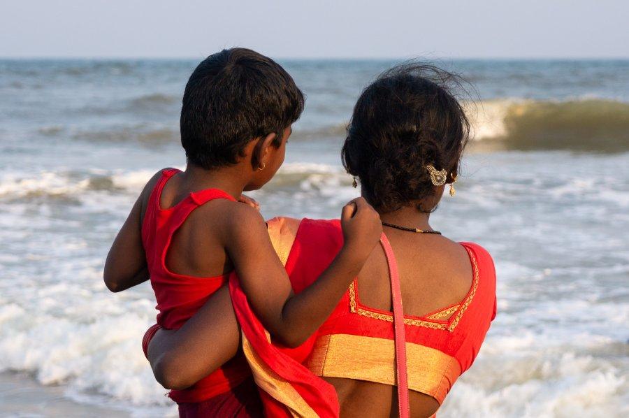 Pèlerins sur la plage de Mahabalipuram, Inde