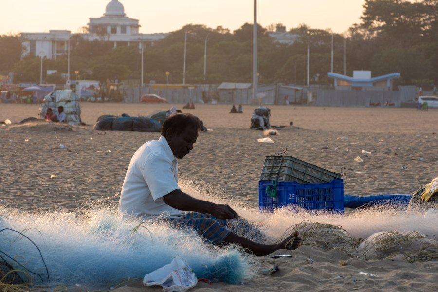 Pêcheur sur la plage de Marina à Chennai, Inde