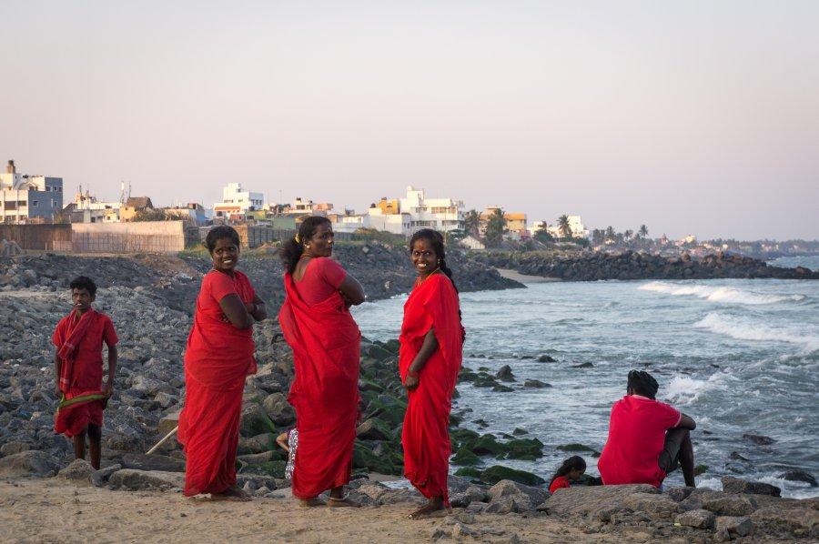 Pèlerins sur la plage de Pondichéry, Inde