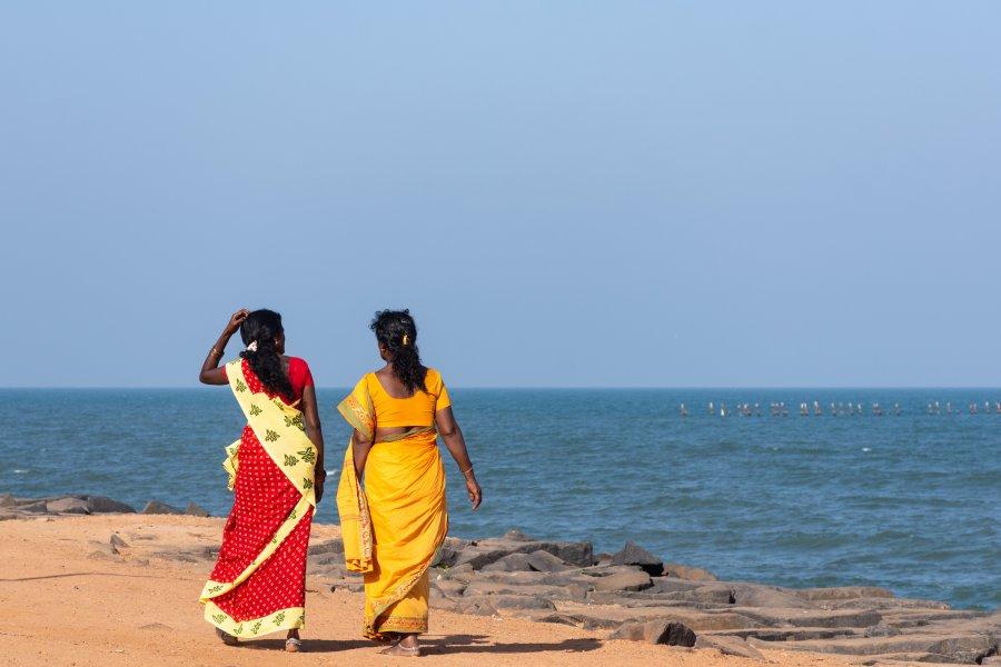 Indiennes en saris sur la plage de Pondichéry