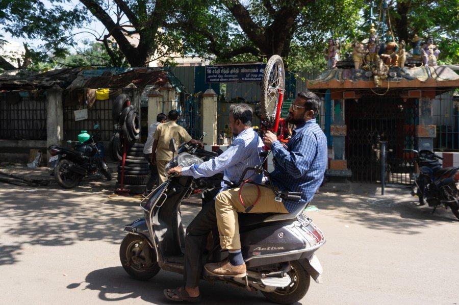 Vélo sur un scooter à Chennai, Inde