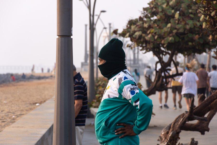 Sportif sur la plage de Pondichery, Inde