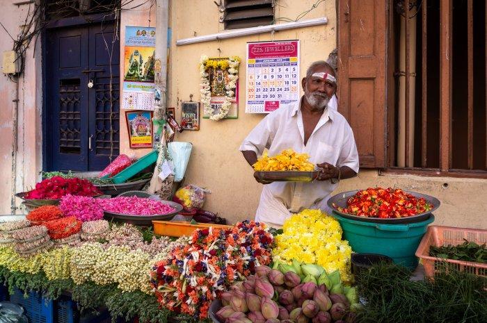 Vendeur de fleurs à Chennai en Inde