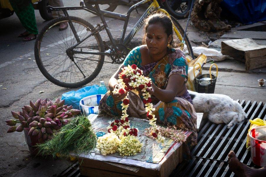 Vendeuse de fleurs à Pondichéry, Inde