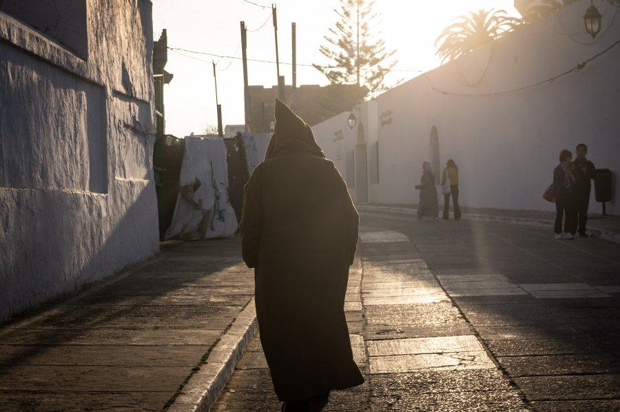 Djellaba à Asilah, Maroc