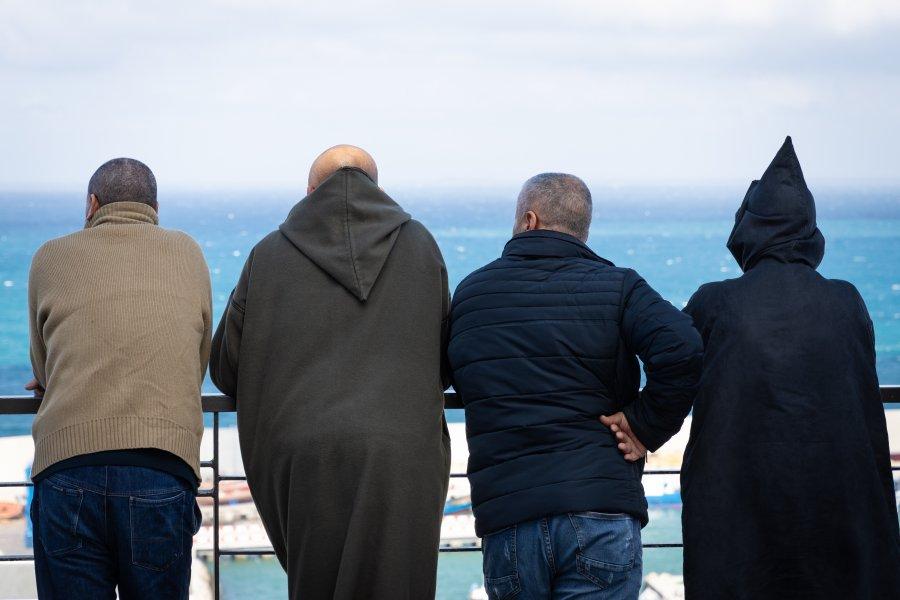 Marocains avec vue sur la mer à Tanger