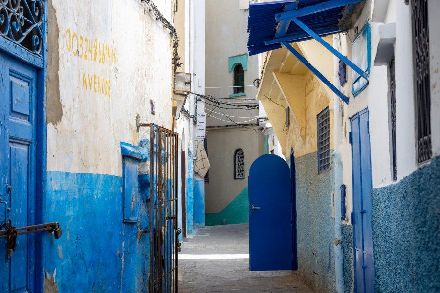 Ruelle bleue et blanche à Tanger, Maroc