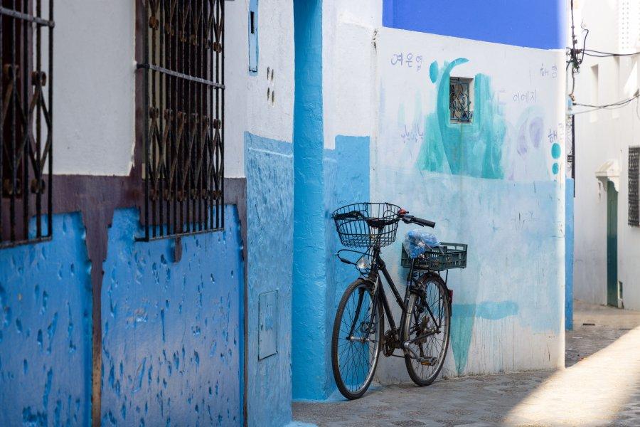 Vélo et murs bleus à Asilah, Maroc