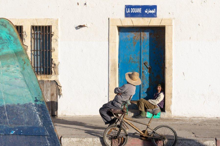 Amis qui discutent au port d'Essaouira