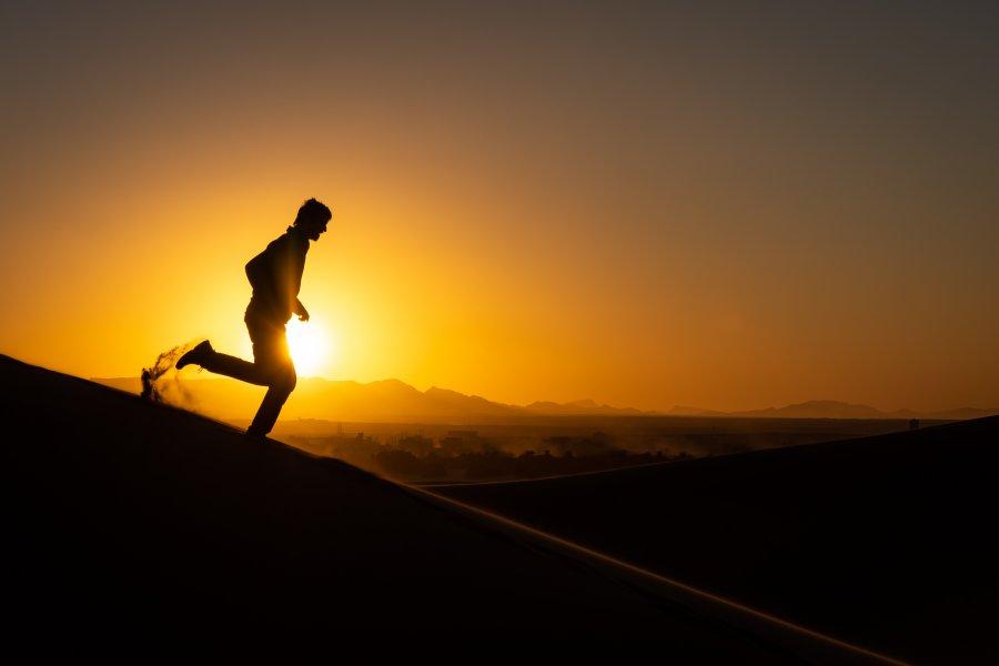 Courir dans les dunes de sable du Maroc