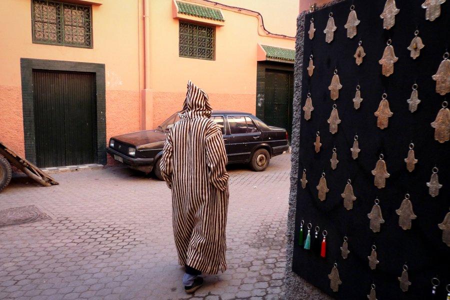 Marocain en djellaba dans la médina de Marrakech