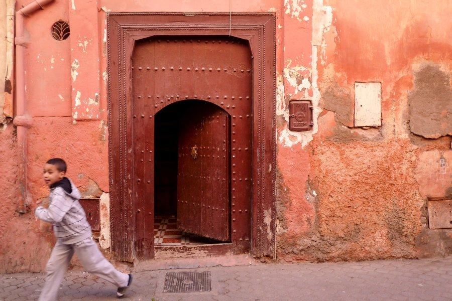 Gamin dans les rues de Marrakech
