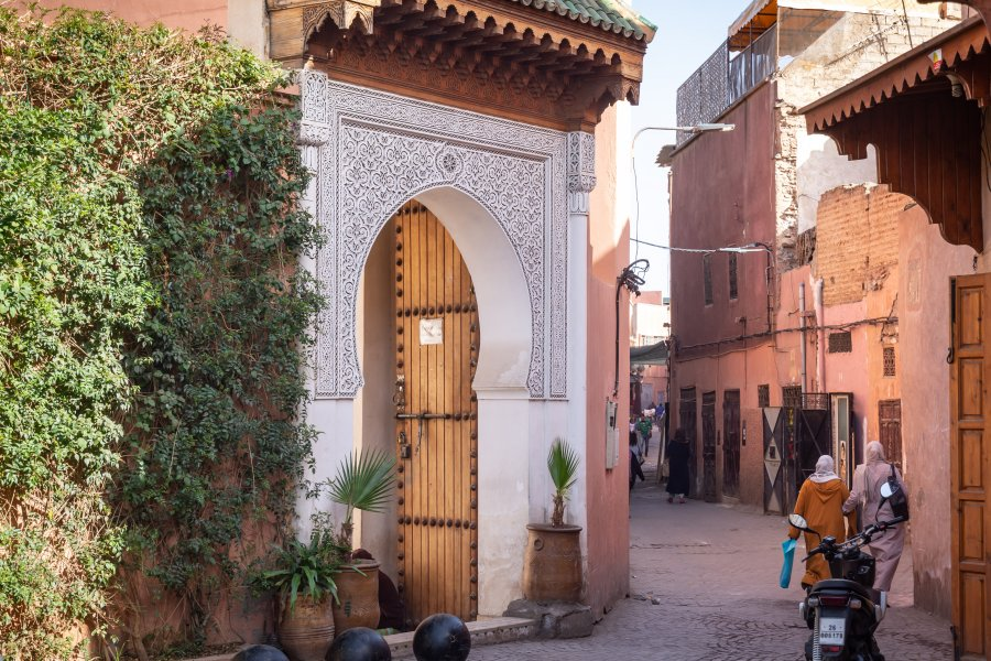 Jolie rue dans la médina de Marrakech