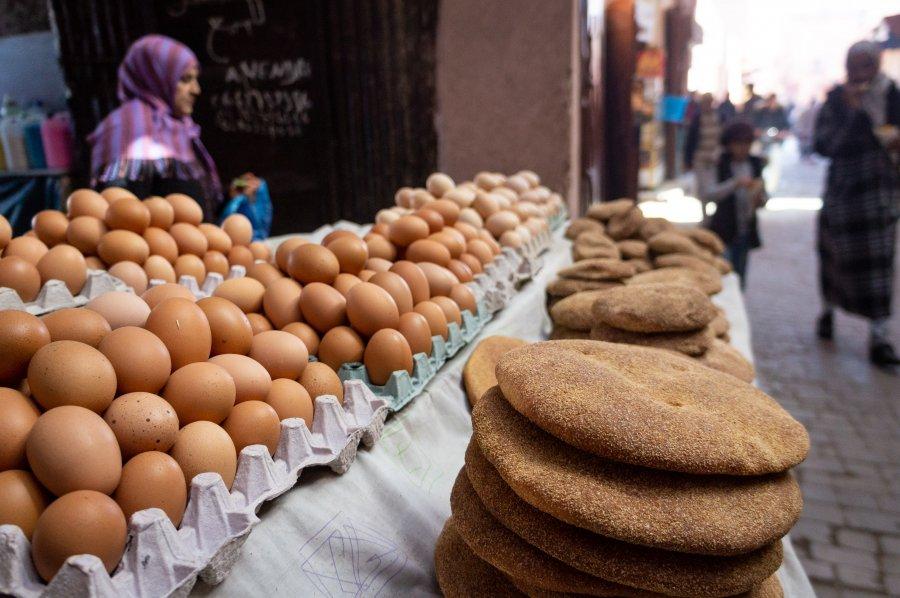 Marchand de pain et d'œufs à Marrakech
