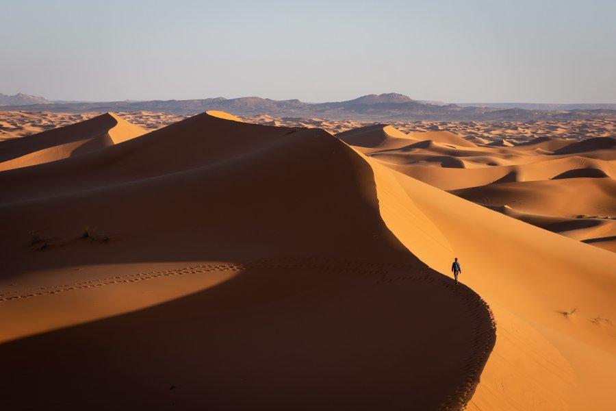 Marcher dans les dunes de sable à Merzouga