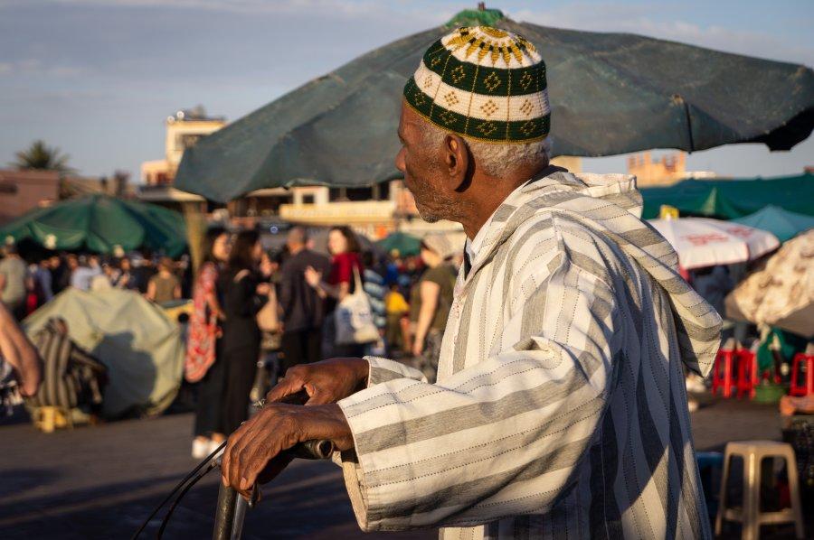 Passant à vélo à Marrakech au Maroc