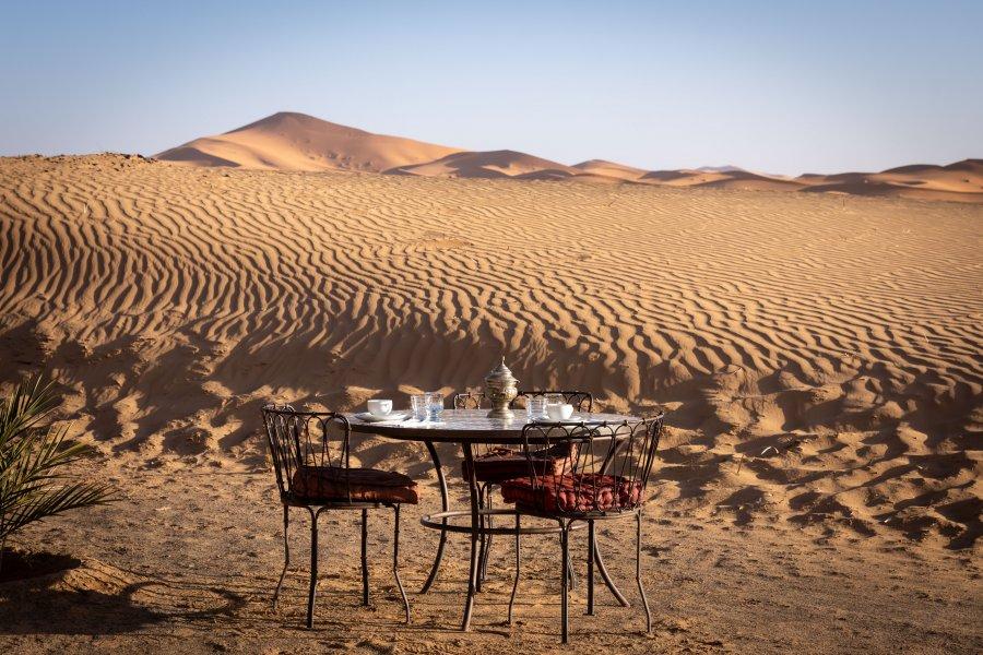 Petit déjeuner près des dunes de Merzouga au Maroc
