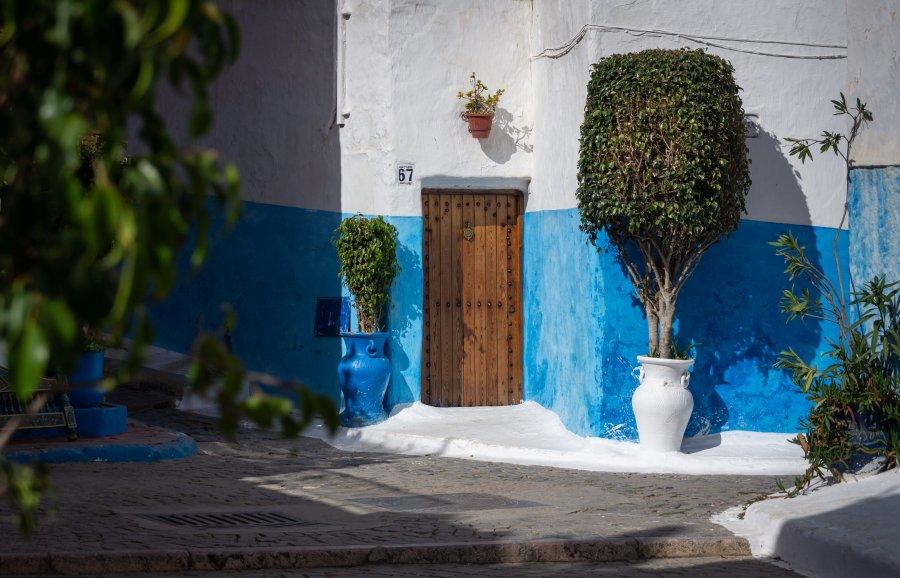 Ruelle bleue et blanche à Rabat, Maroc