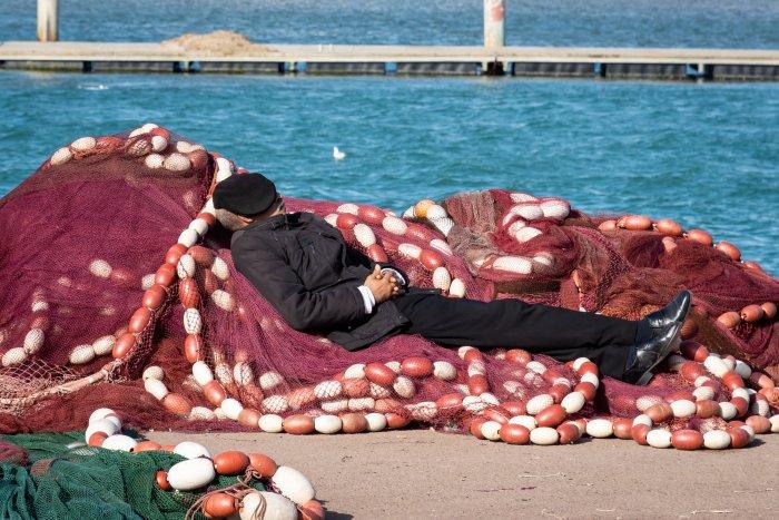 Sieste du pêcheur à Tanger
