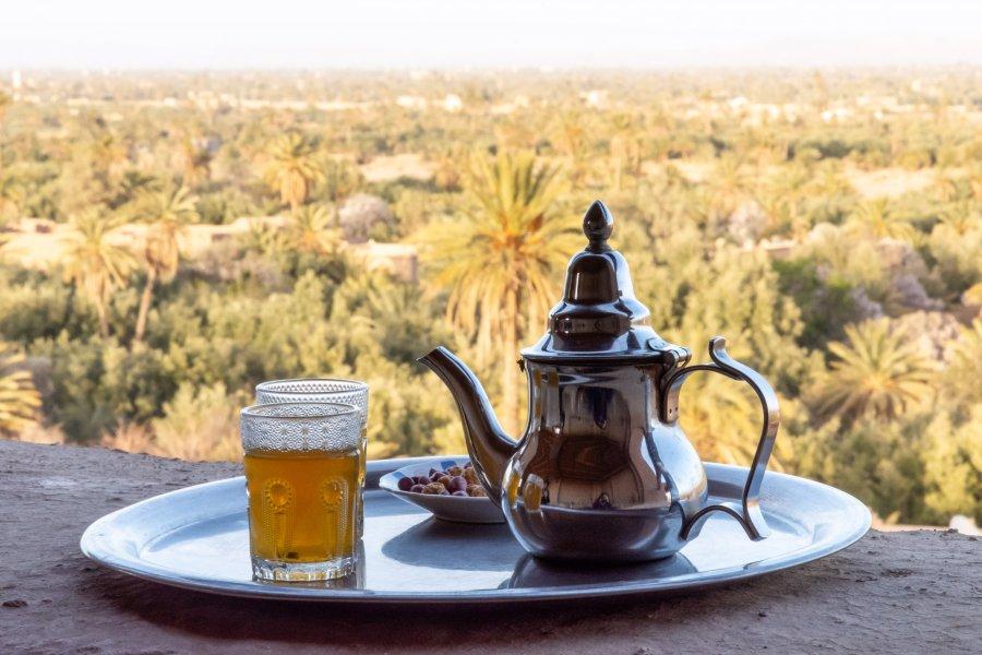 Thé à la menthe devant la palmeraie de Skoura