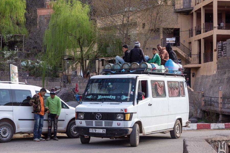 Voyageurs sur le toit sur un minibus marocain