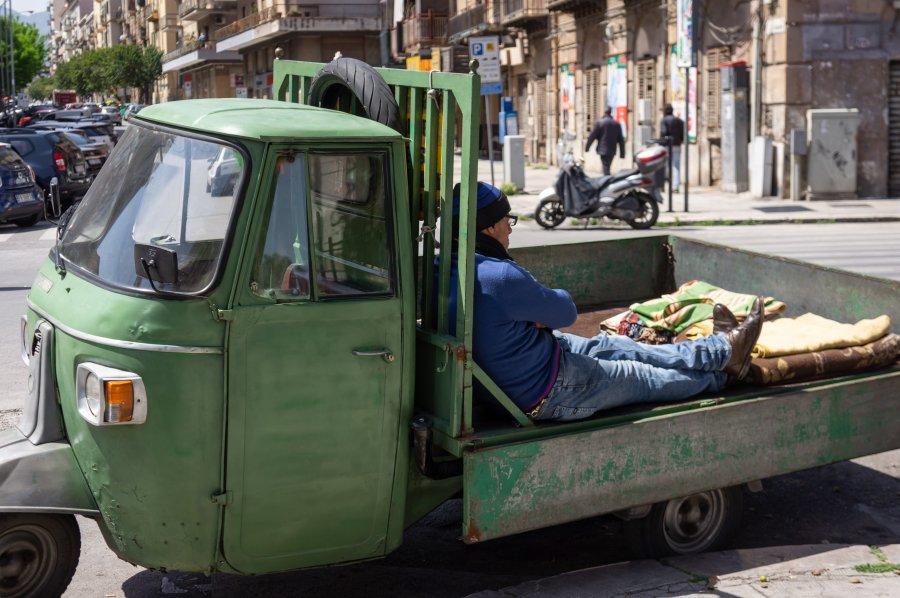 Sieste dans un Ape Piaggio en Sicile