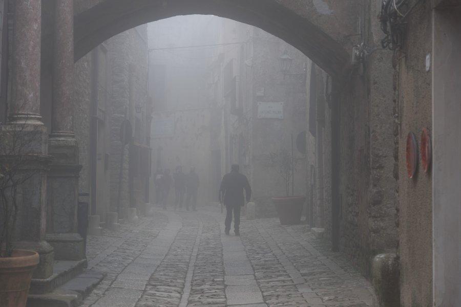 La ville d'Erice dans le brouillard