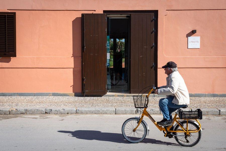Cycliste à Favignana, Italie