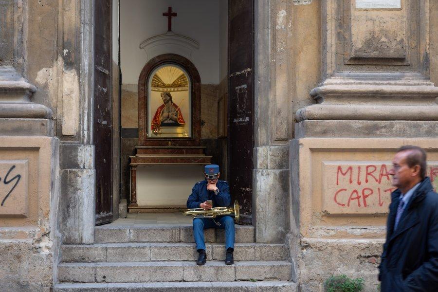 Musicien devant une église en Sicile