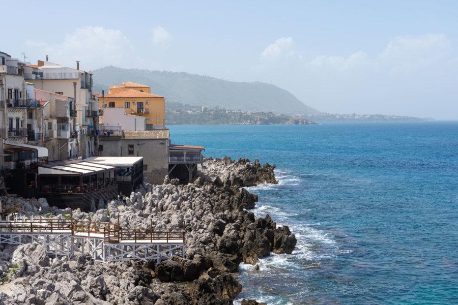 Rochers en bord de mer à Cefalù